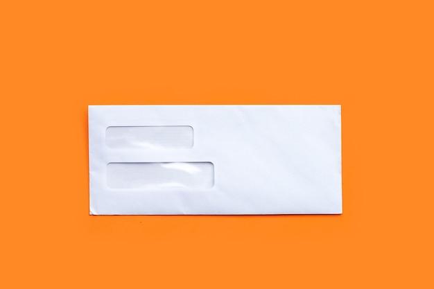 Конверт на оранжевой поверхности
