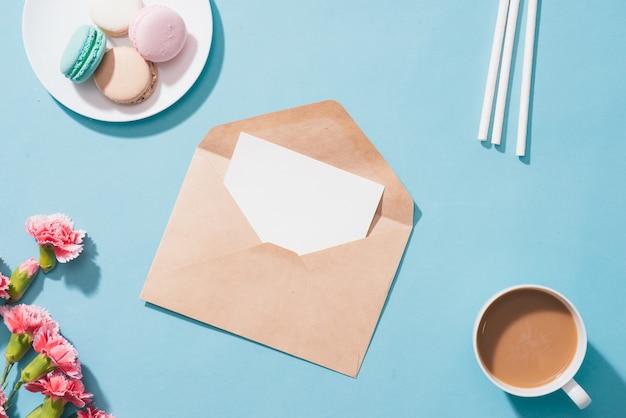 Конверт или письмо для поздравительного текста и подарочной коробки. вид сверху. плоская планировка.