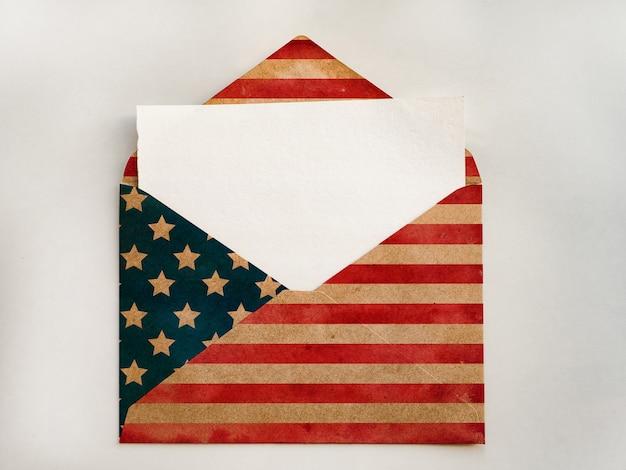 Конверт окрашен в цвета американского флага. красивая открытка. крупный план, вид сверху. концепция праздника.