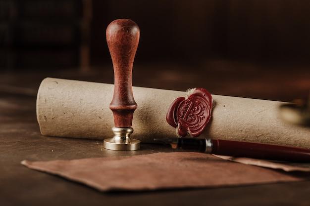 Конверт, печать и штамп на деревянных фоне.