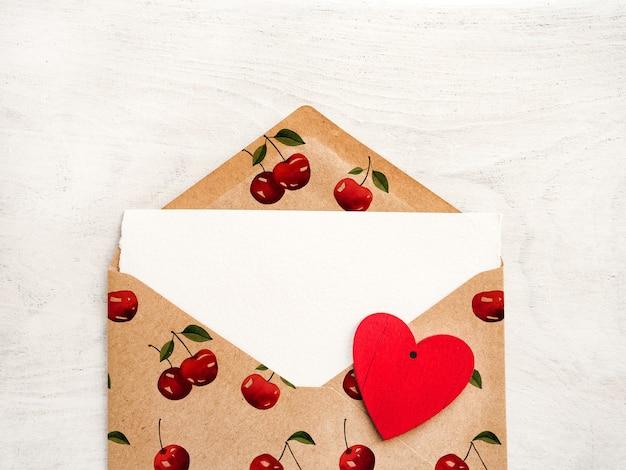 メモ用の白紙の封筒。クローズ アップ、トップ ビュー。愛する人、親戚、友人、同僚へのお祝い