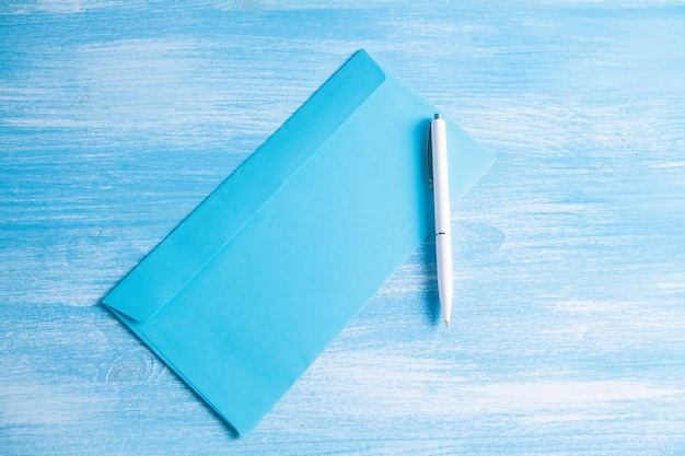 Конверт с ручкой на столе