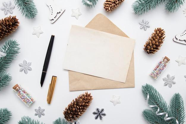 복사 공간과 크리스마스 새해 장식이있는 봉투, 축하 또는 쓰기 계획을위한 레터 헤드
