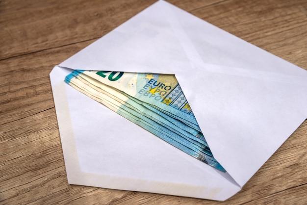 テーブルの上のユーロ紙幣の封筒
