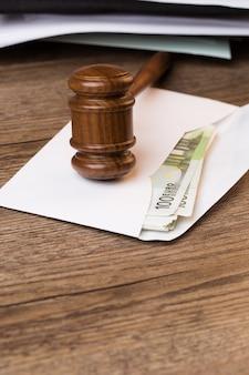お金とハンマーで封筒