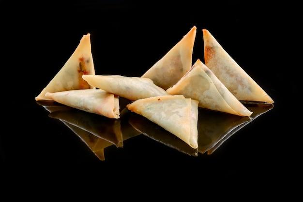 トッピングとスパイシーソースの生地の封筒。アジア料理