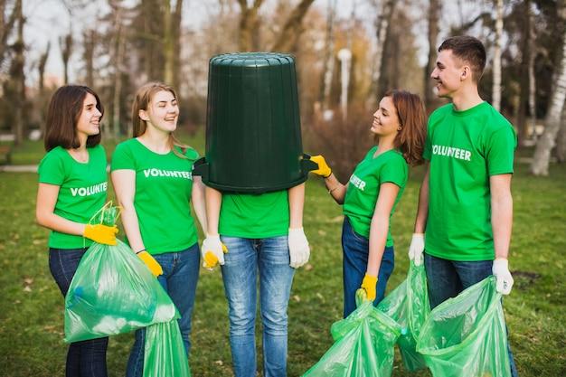 다섯 사람과 환경 및 자원 봉사 개념