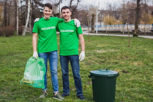 두 남자와 환경 및 자원 봉사 개념