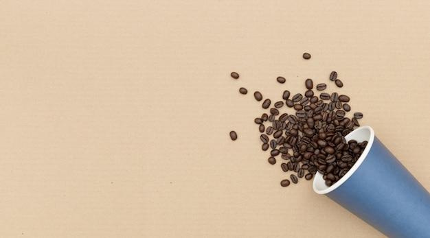 環境コンセプト。生分解性紙から作られた豆とコーヒーマグ。上面図