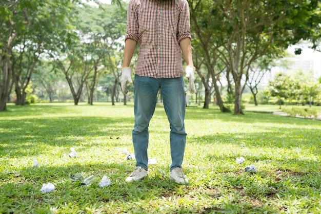 환경운동가. 공원에서 낭비하기 위해 웅크리고 있는 남자의 자른 이미지
