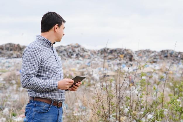 Экологический активист возле полигона