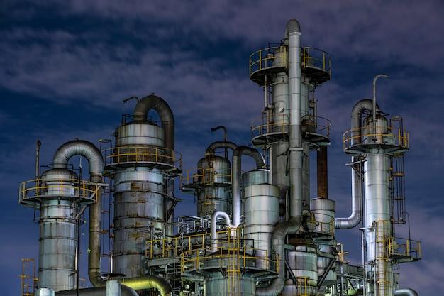 밤에 환경 오염 및 공장 외관