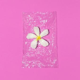환경 오염 개념입니다. 비닐 봉지에 꽃