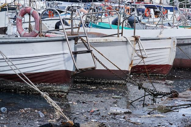 環境汚染-港の係留船間の水面の破片