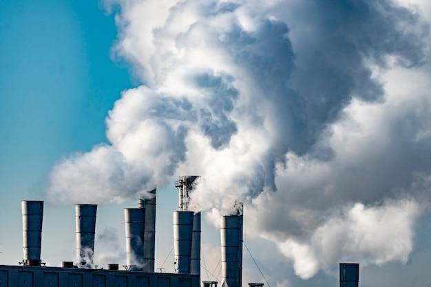 Проблема окружающей среды. заводские трубы загрязняют воздух b