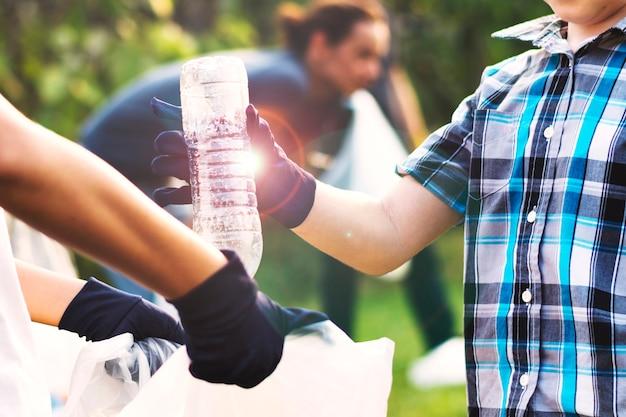 Эколог перерабатывает пластиковую бутылку на день земли