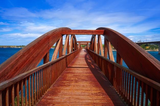 Eo川ガリシアスペインのリバデオ橋視点