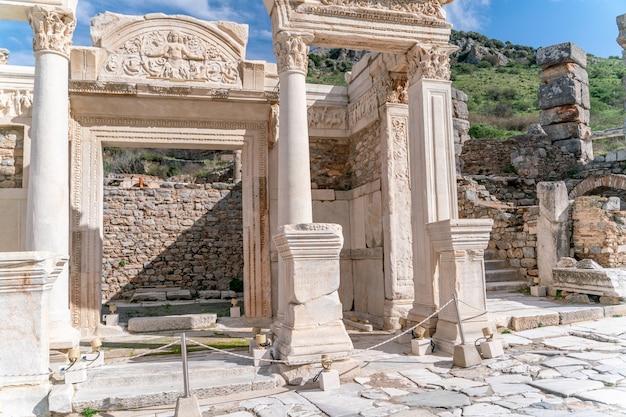 에페소스, 터키: 터키 이즈미르 셀주크에 있는 에베소 역사 고대 도시의 대리석 부조. 아칸서스 잎 장식이 있는 메두사의 그림, 하드리아누스 신전의 세부 사항.
