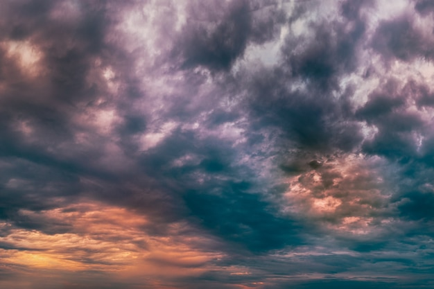 煙と火の広いパノラマショットで壮大な悪魔の燃えるような雲