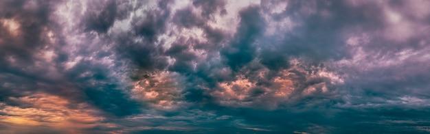 煙と火の広いパノラマショットで壮大な悪魔のような燃えるような雲