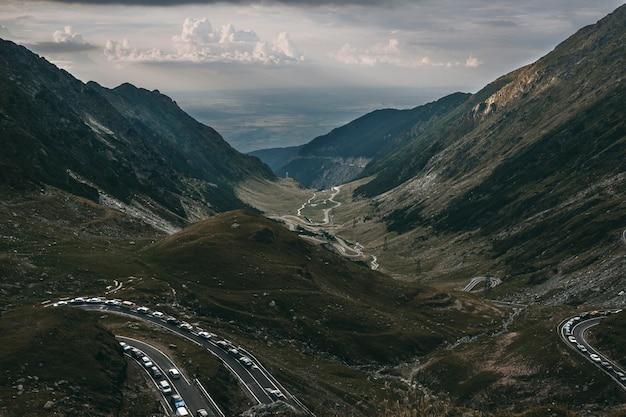 산에서 놀라운 풍경의 장엄한 경치 아름다운 하늘과 산으로 올라간 길.
