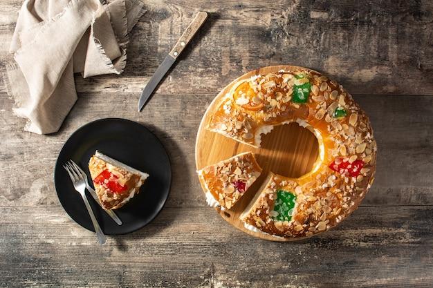 木製のテーブルにエピファニーケーキ「ロスコンデレイエス」