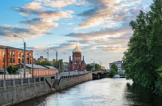 Богоявленская церковь на обводном канале в санкт-петербурге летним солнечным вечером