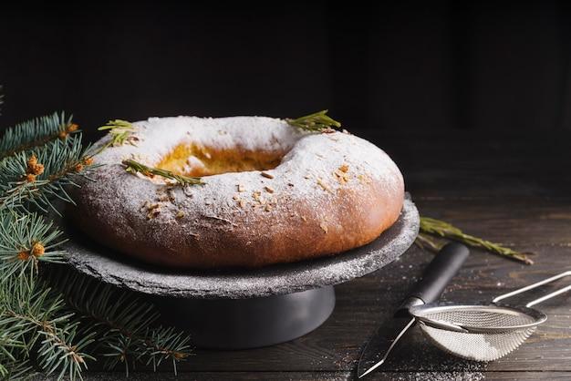 Крещенский день десерт украшенный сахарной пудрой