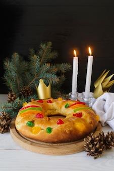 촛불과 소나무 콘이있는 주현절 디저트