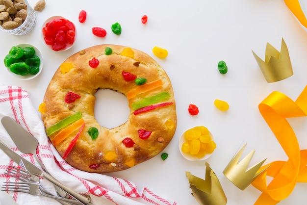 Dessert del giorno dell'epifania con corona e nastro