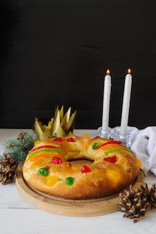 소나무 콘과 촛불 주현절 디저트