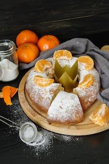 Dessert del giorno dell'epifania con arancia e zucchero a velo