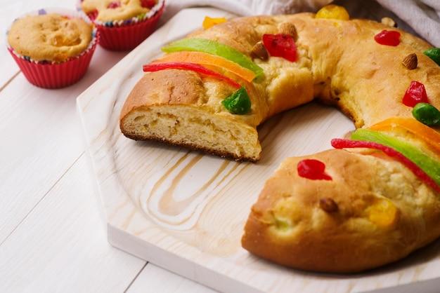 Dessert del giorno dell'epifania su tavola di legno