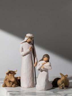 Figurina femminile e maschile del giorno dell'epifania con neonato e bestiame