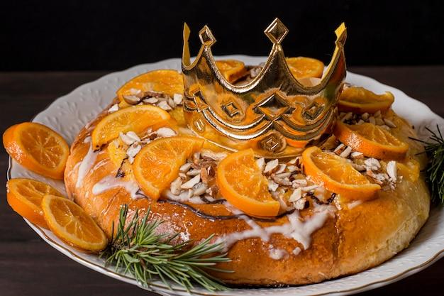 슬라이스 오렌지와 왕관과 함께 주현절 음식을 닫습니다.
