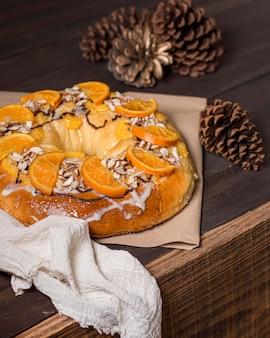 Еда в день крещения с нарезанными апельсинами и сосновыми шишками