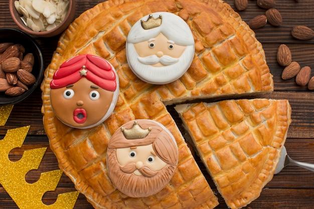 Torta dolce dell'epifania con biscotti