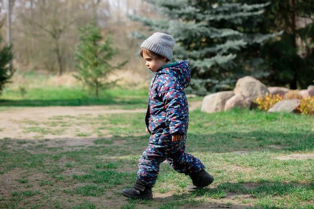 Милый малыш мальчик в шляпе eplore сад в весеннее время