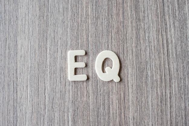 木製アルファベットのeqの言葉。ビジネスとアイデアのコンセプト