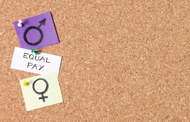 La parità di retribuzione tra i simboli di genere uomo e donna copia lo spazio