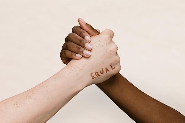 一緒に結合する2つの手に等しい言葉