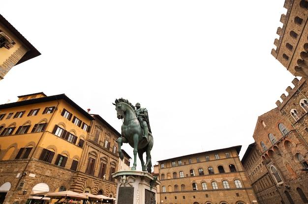シニョリーア広場にあるコジモ1世の騎馬像。イタリア、フィレンツェ。