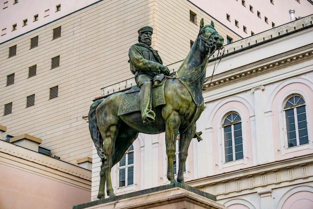 イタリア、ジェノヴァのジュゼッペガリバルディの騎馬像。サトゥエは1879年にアウグスト・リヴァルタによって作られました。