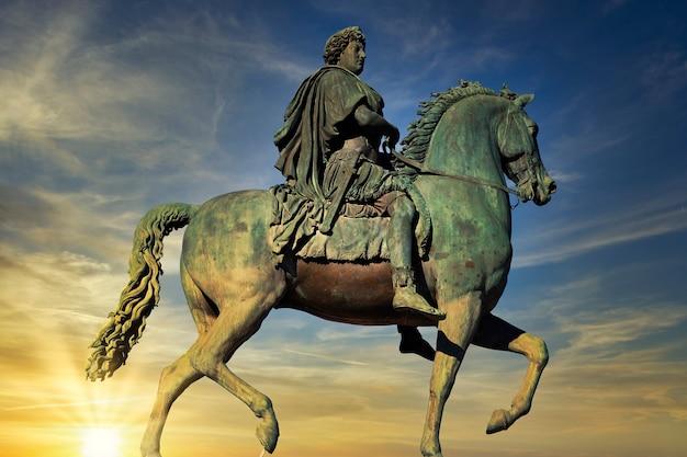 프랑스 리옹의 벨 쿠르 광장에있는 루이 14 세의 승마 동상 프리미엄 사진