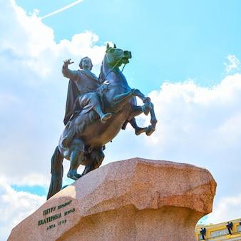 Конная статуя петра великого в санкт-петербурге, россия. возведен в 1782 году художником этьеном морисом фальконе.