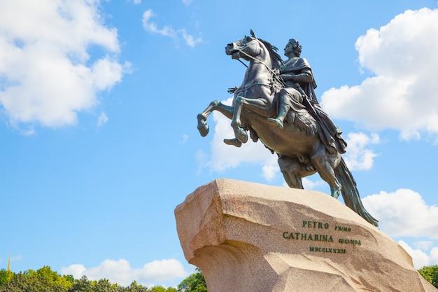 Конная статуя петра великого на сенатской площади в санкт-петербурге, россия. возведен в 1782 году скульптором этьеном морисом фальконе.
