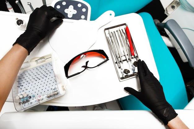 歯科医院の機器および歯科器具。ツールクローズアップ。