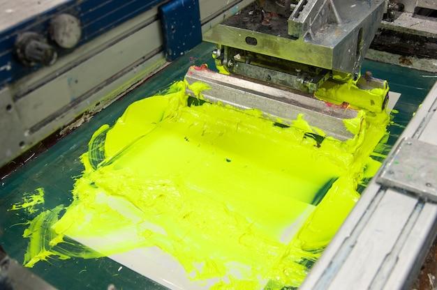의류 공장 근접 촬영에서 천을 칠하기 위한 장비 및 기계