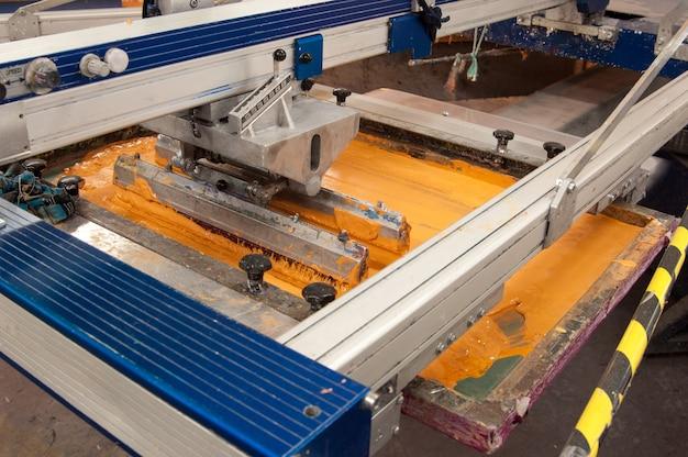 Оборудование и машины для покраски ткани на крупном плане швейной фабрики