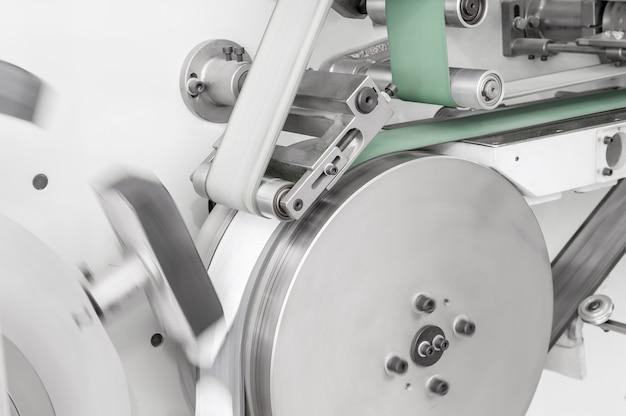 Оборудование и механизм с движущейся тканевой лентой на роликах крупным планом